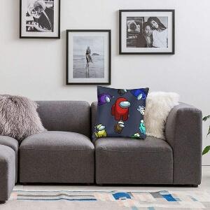 Cojin Among Us en un sofa