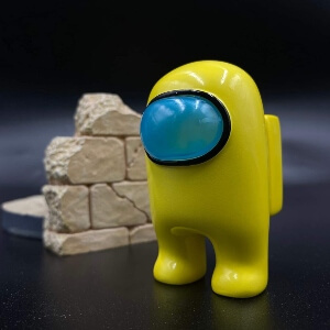 Juguete personaje amarillo realista Among Us